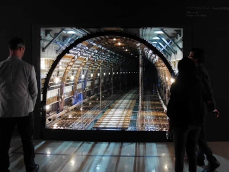 マーク・フスティニアーニ《トンネル》2016……どこかに繋がっているようで繋がっていない《トンネル》と《穴》が出現。ヨコハマトリエンナーレ2017展示風景(2017年8月3日撮影)