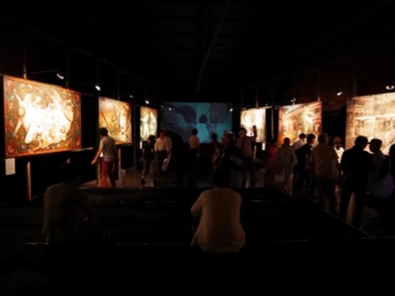 小沢剛《帰ってきたK.T.O.》2017……2001年の第1回出展以来、2回目。歴史上の人物を題材に物語を構築する「帰ってきた」シリーズの新作を発表。横浜生まれ、明治から大正にかけて活動した美術史家のインド・コルカタ(=カルカッタ)での足跡をたどり、現地の看板職人や音楽家らと一緒に作品(絵画+映像+テキスト)を制作。ヨコハマトリエンナーレ2017展示風景(2017年8月3日撮影)