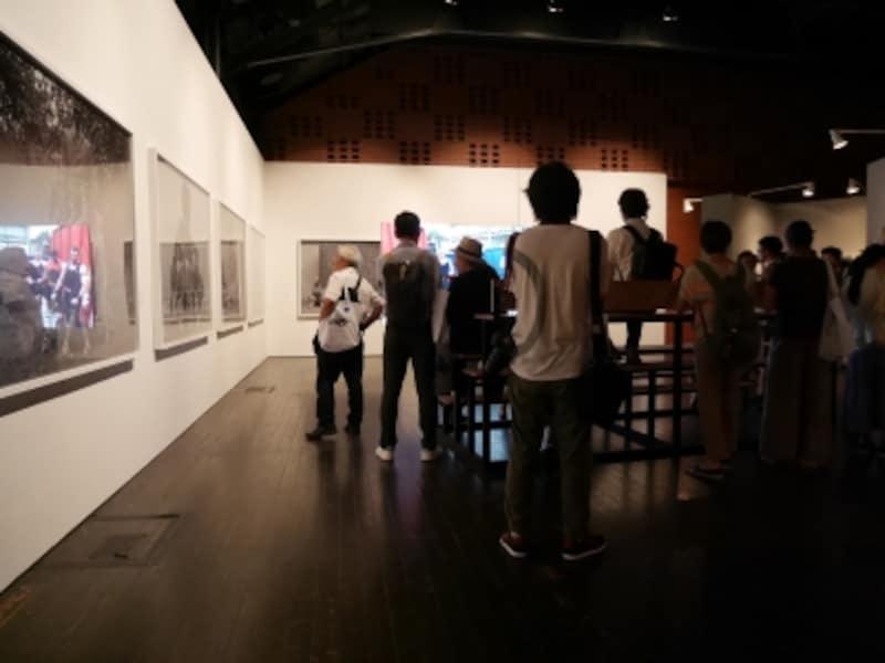 クリスチャン・ヤンコフスキー《重量級の歴史》2013……広いスペースに身体と公共彫刻の関係性について言及する作品が並びます。横浜の公共彫刻の気の流れをよくするため、マッサージ師が診断を行う新作も。ヨコハマトリエンナーレ2017展示風景(2017年8月3日撮影)