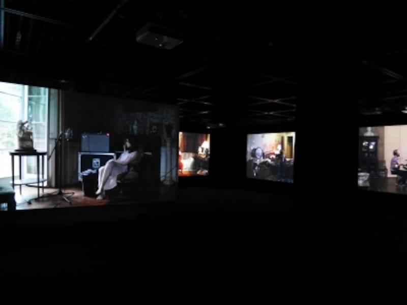 ラグナル・キャルタンソン《ザ・ビジターズ》2012……ビデオ9面、64分の映像作品。ヘッドフォンから聞こえる他者の演奏音を頼りに、異なる部屋で一つの曲を奏でようと試みるようすを9つのスクリーンに投影。孤独な作業から生まれるハーモニーをお楽しみあれ。ヨコハマトリエンナーレ2017展示風景(2017年8月3日撮影)