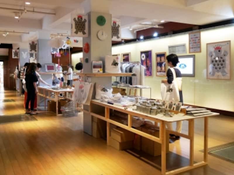 横浜赤レンガ倉庫1階には「SHOPトリエンナーレ2017」がオープン。ヨコハマトリエンナーレ公式グッズのほか、横浜市内在住・在勤の多彩なクリエイター約40組が制作する家具、ファッション、食品、ステーショナリー、書籍などの商品を販売(2017年8月3日撮影)