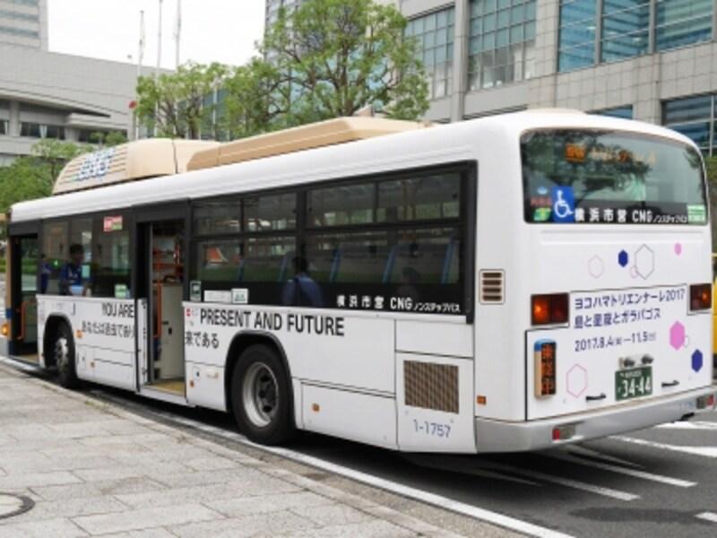 バスの車体にも作品が。ジェニー・ホルツァー「《自明の理》より、1977-79」2017。みなとみらい駅のコンコースでも展開されています。ヨコハマトリエンナーレ2017展示風景(2017年8月3日撮影)