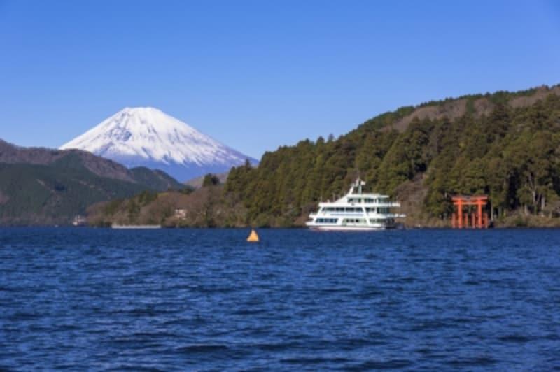 芦ノ湖に浮かぶ遊覧船と富士山