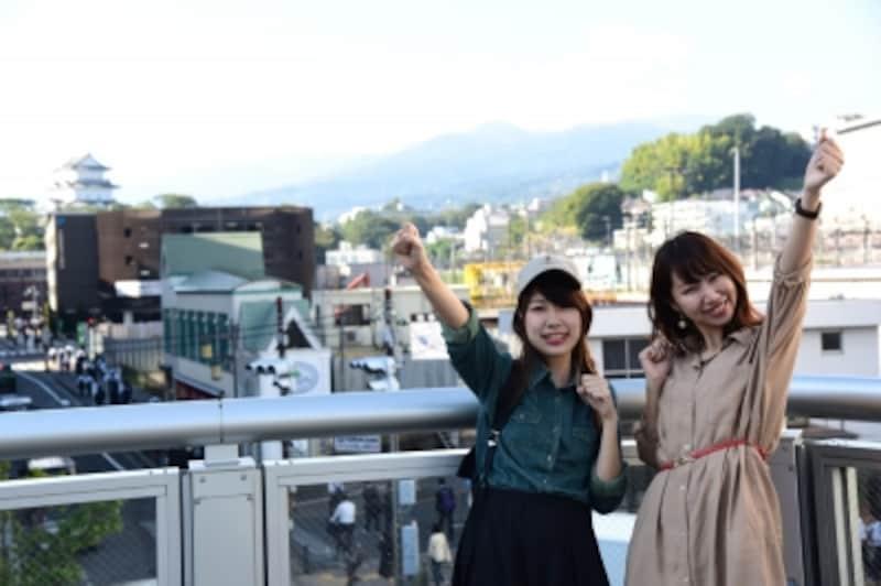 まずは、小田原城をバックに記念撮影。モデルは、オールアバウト編集部のM恵さんとK西さん