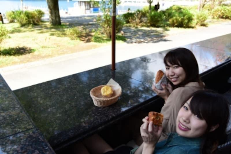 芦ノ湖が目の前に広がる人気の足湯は10席。元箱根温泉から源泉を引いています