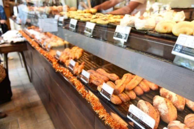 「ベーカリー&テーブル箱根」の焼きたてパン。人気ナンバーワンのカレーパンは、多い日は一日500個も売れ、休日は、整理券を配布し、順番待ちになることもあるとか