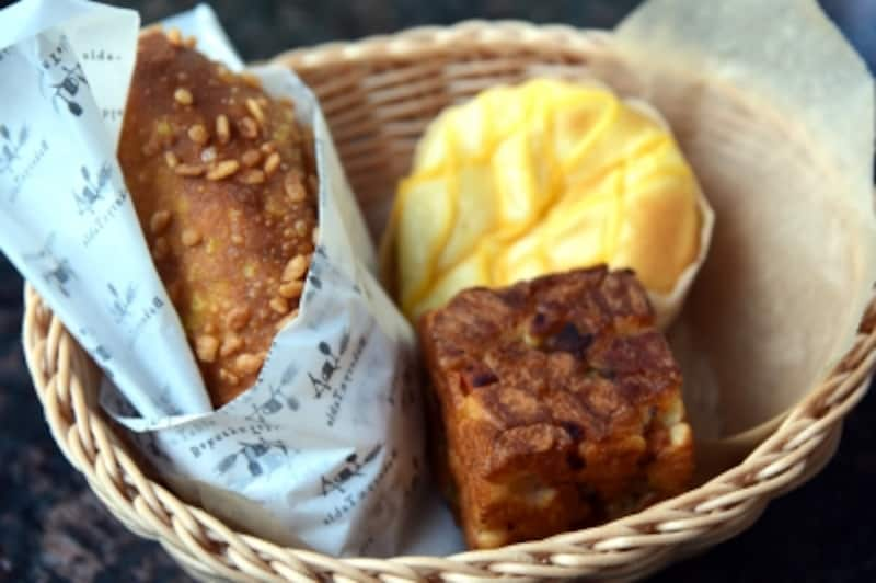 左:人気ナンバーワンの「米粉のカレーパン」、右下:2番人気の「箱ね」、右上:3番人気の「クリームパン」