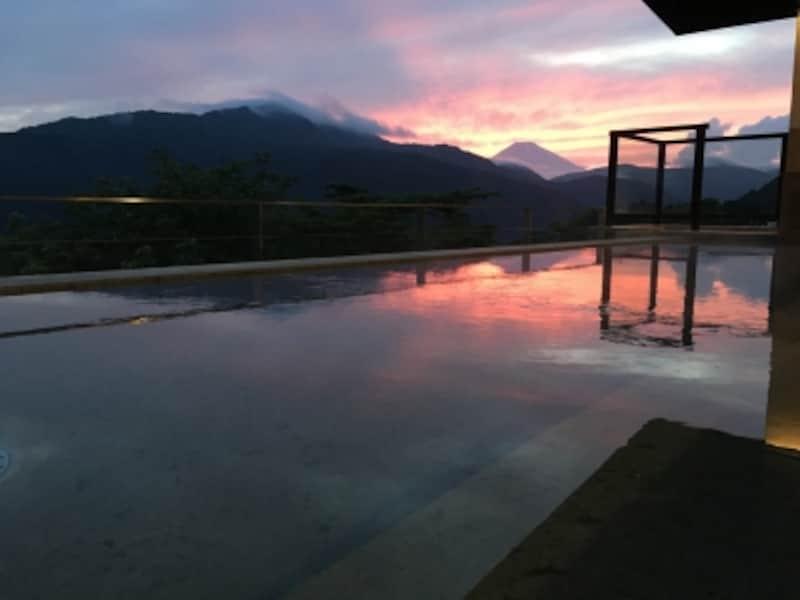 女湯露天風呂から見た、シルエットになった富士山(提供:プリンスホテル)