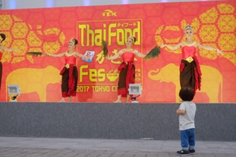 ステージではタイの伝統文化が楽しめる