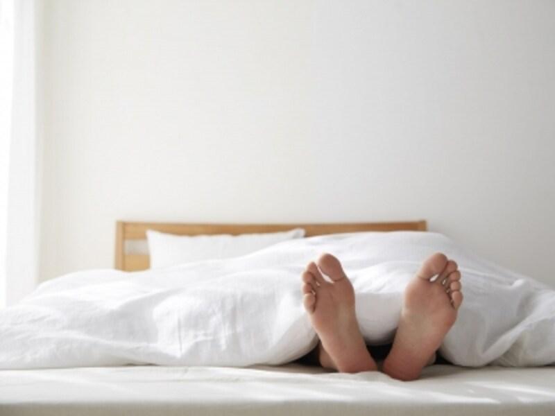 朝日を浴びる寝室