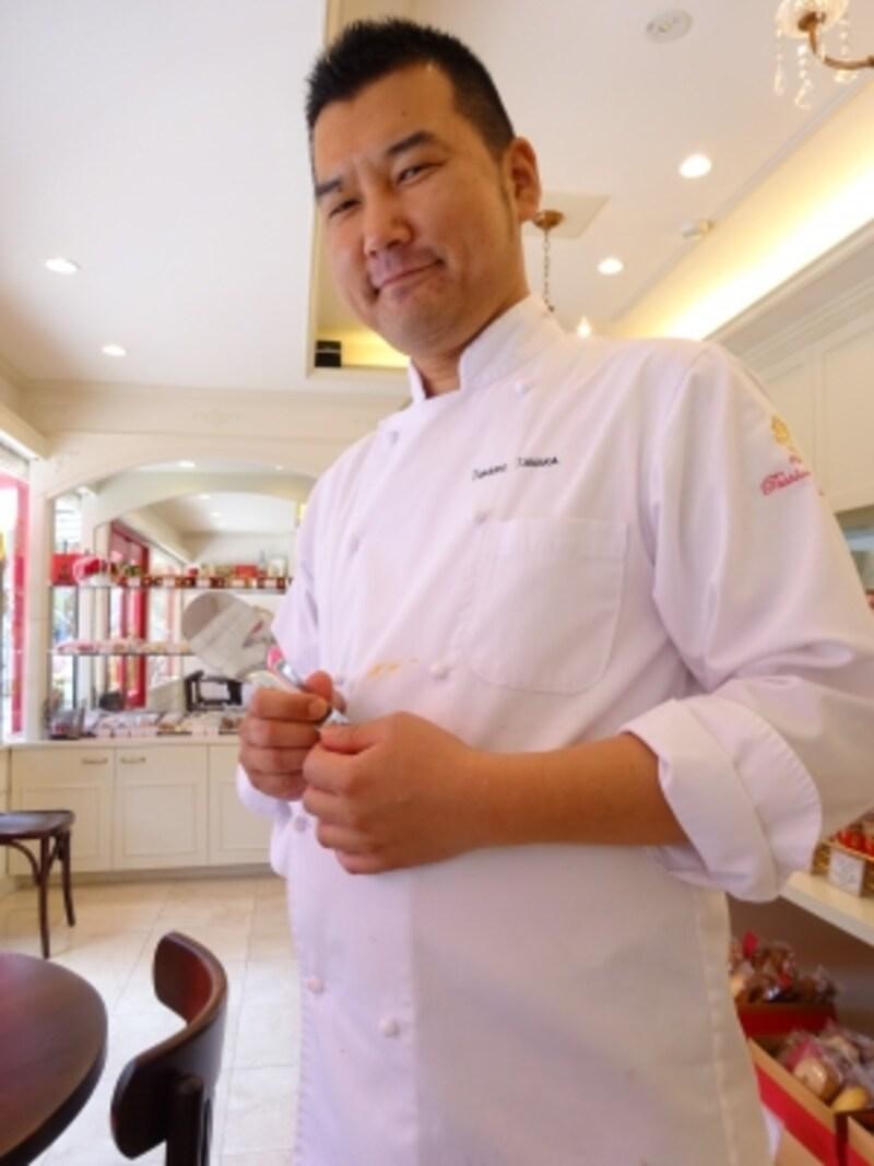 「アイスローズ」盛りつけ用のアイスパレットを手に持つ、「パッションドゥローズ」のオーナー田中貴士シェフ