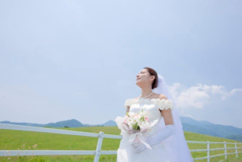 夏の結婚式の服装