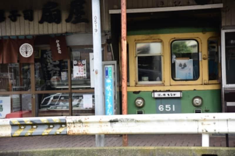 和菓子屋さんの店先にディスプレイされている江ノ電の車両