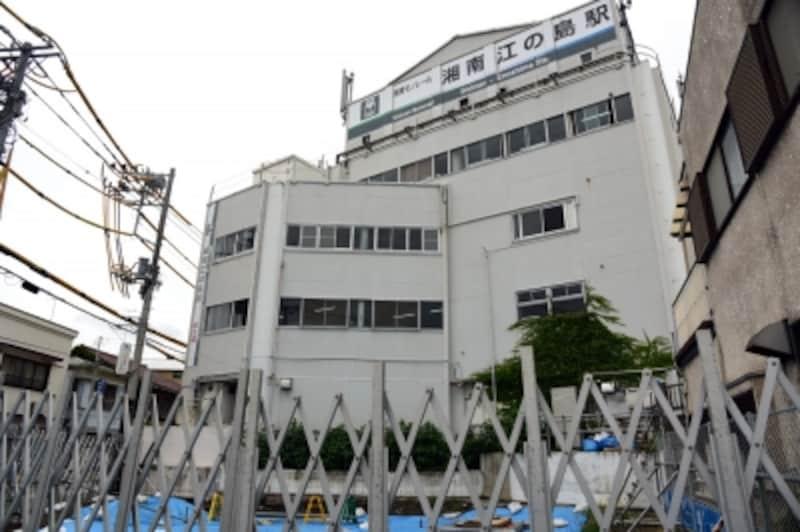 湘南モノレールの湘南江の島駅では、現在、バリアフリー対応のためエスカレーター・エレベーターを設置する新棟を増築工事中