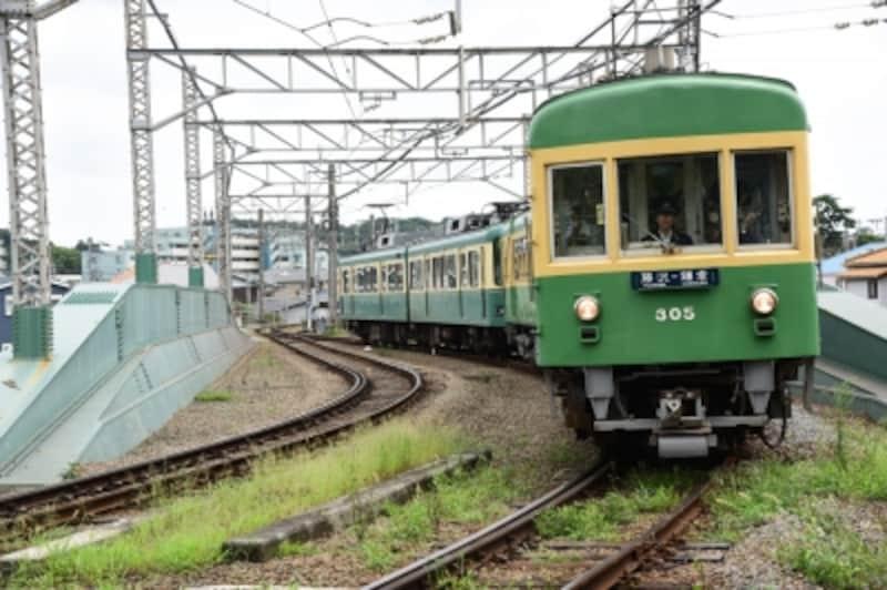 「鵠沼鉄橋」を渡る江ノ電