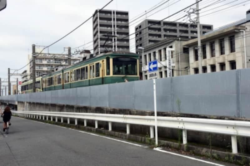 石上駅を過ぎると、江ノ電は高架を走る