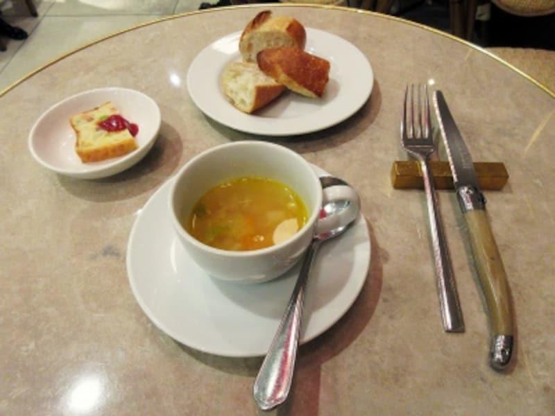 ブラッスリー・ル・リオン本日の小皿、スープ、パン