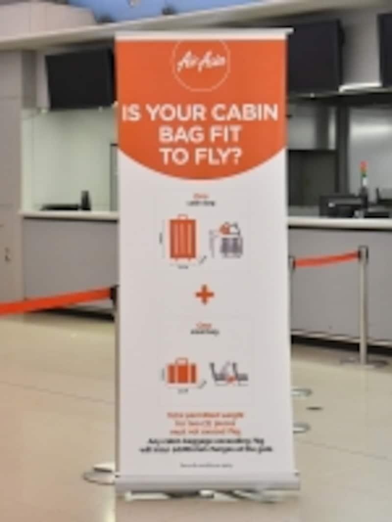 エアアジアでは、各空港のカウンター付近に、機内持ち込み手荷物のルールが表示されています