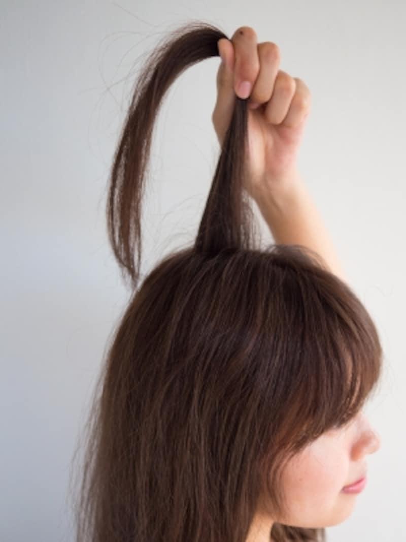 表面の髪を真上に引き出す