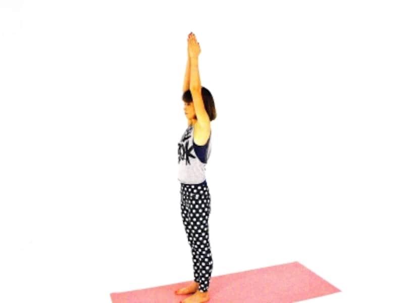 体側伸ばしエクササイズ1undefined両手を天井方向に伸ばし、体側、脇の下を伸ばします。