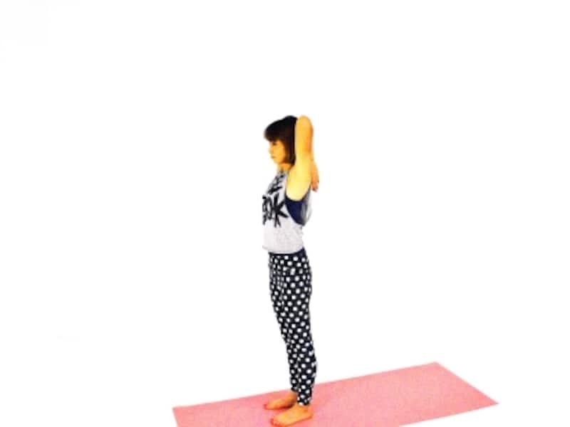 体側伸ばしエクササイズ2undefined両ひじを頭の後ろで曲げて、指先を肩甲骨の間に添えます。