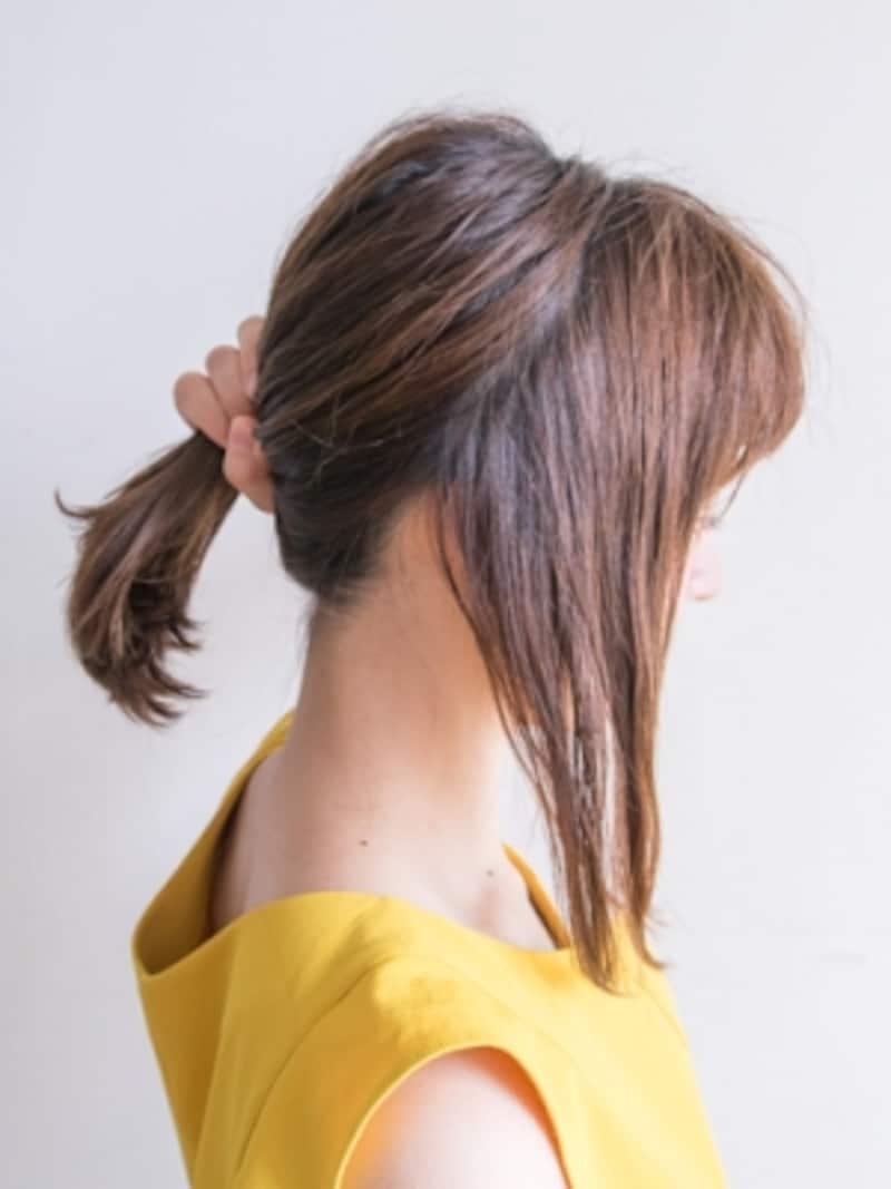 右サイドの髪をざっくり分ける