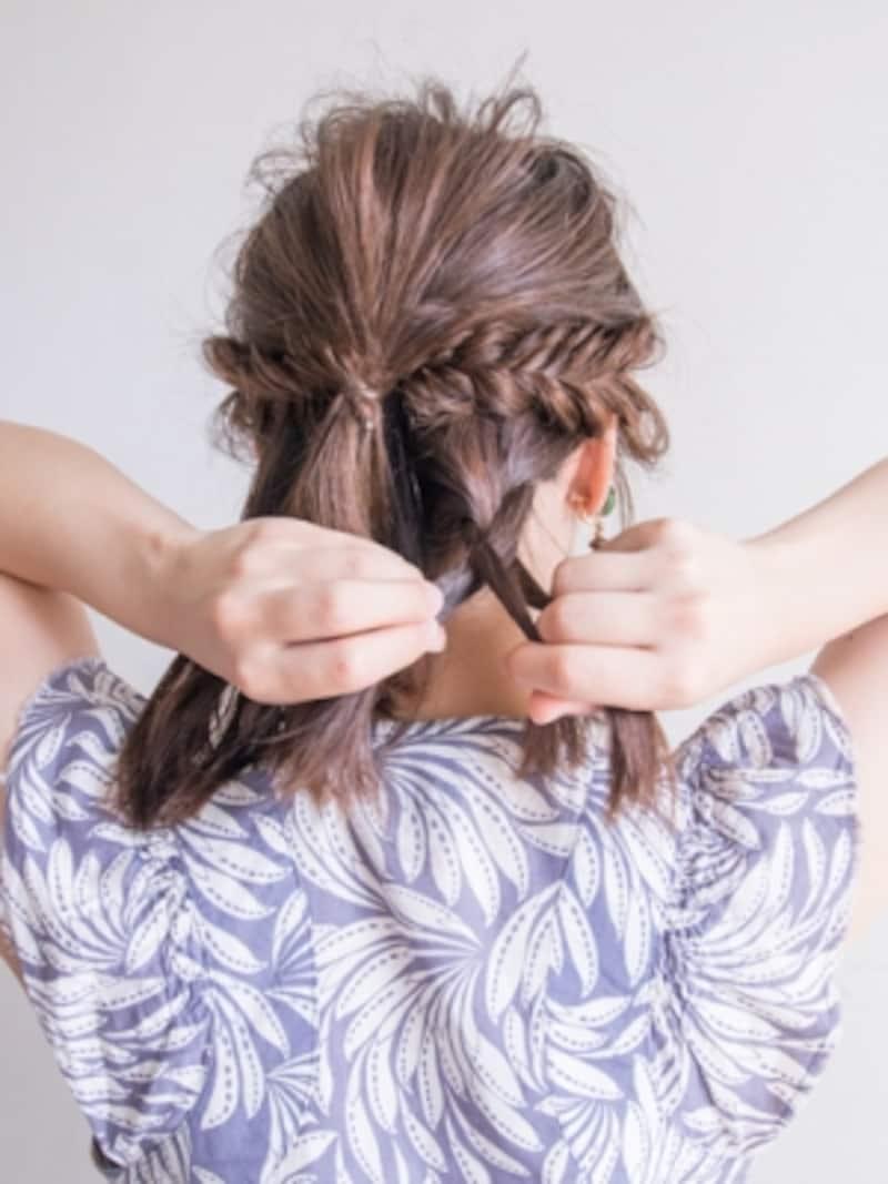 ハチ下の髪を均等に分けて、三つ編みにする