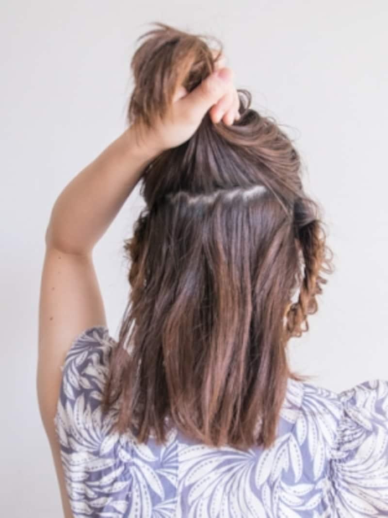 後ろの髪を上下にざっくり分ける