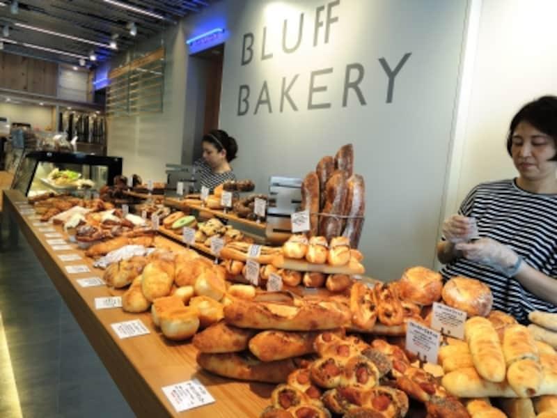 本店と同じパンが並ぶ