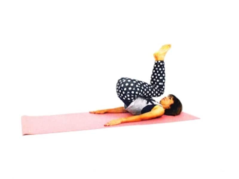 ペルヴィックエクササイズ3undefinedさらにひざをあごに近づけ、お尻を床から離す。