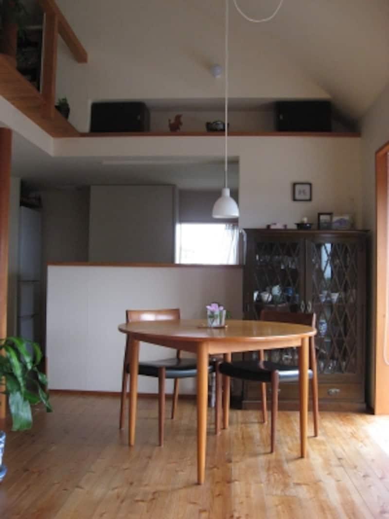家具の位置もなにもかわっていないけれど、床には傷やシミが・・・