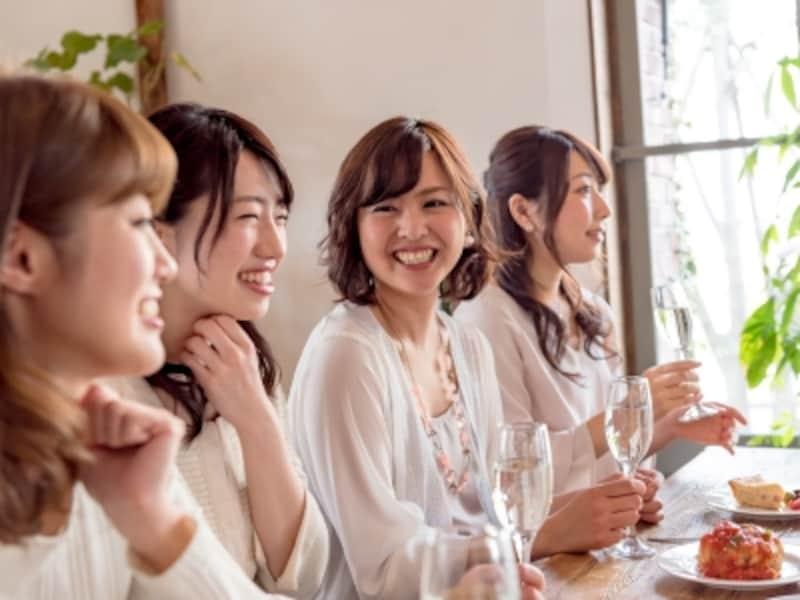 友人同士の集まりなどで初対面。まだ出会ったばかりなのに気になってしまうとき、恋の第一歩はどうしていますか?
