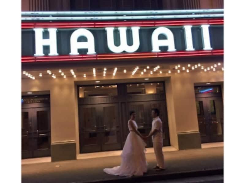 ライトアップされた夜のハワイシアター前/写真提供:RealWeddingsリアルウエディングス