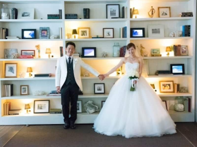 モダンホノルルホテルのロビーにある本棚に見えるバーのエントランスにて/写真提供:RealWeddingsリアルウエディングス