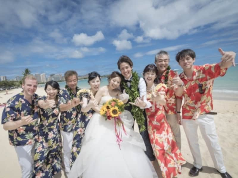 アロハシャツ&ムームーのゲスト衣装はハワイらしい集合写真が残せます/写真提供:RealWeddingsリアルウエディングス