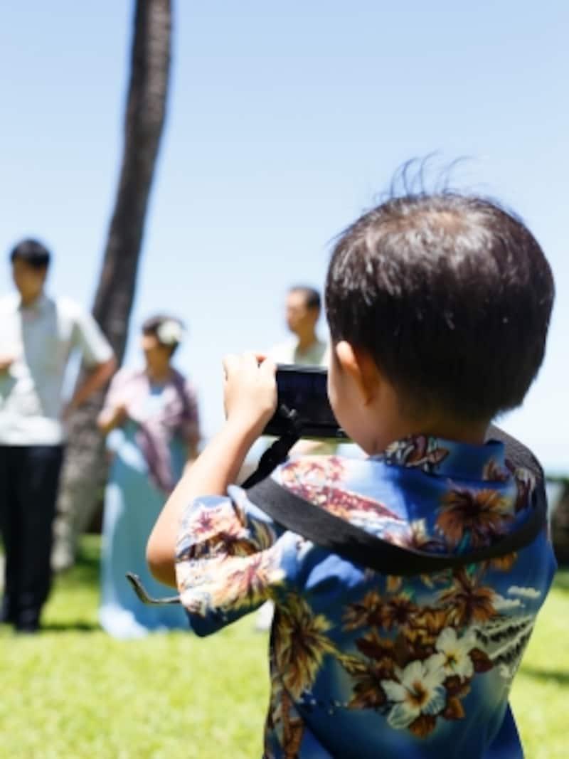ハワイ現地のデパートには小さな子供用のアロハシャツもたくさん揃っています/写真提供:RealWeddingsリアルウエディングス