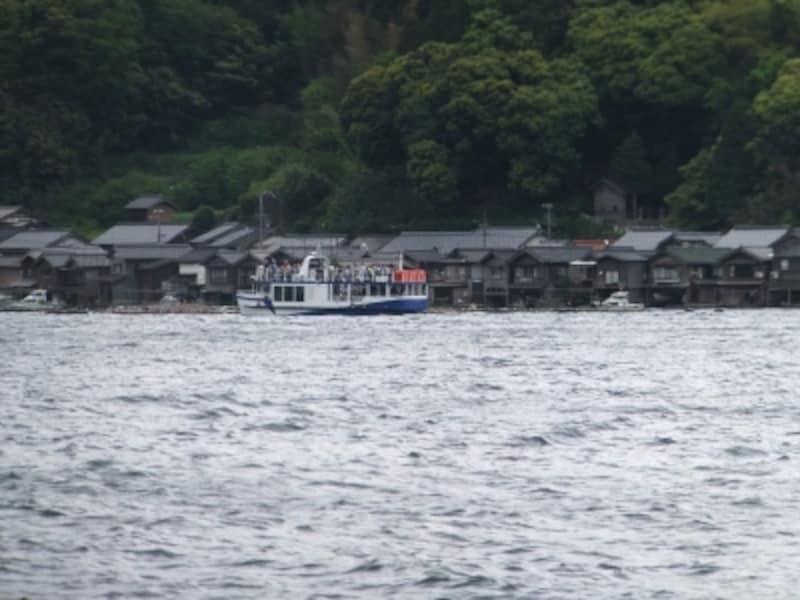伊根の舟屋(4)/伊根湾めぐり遊覧船と共に