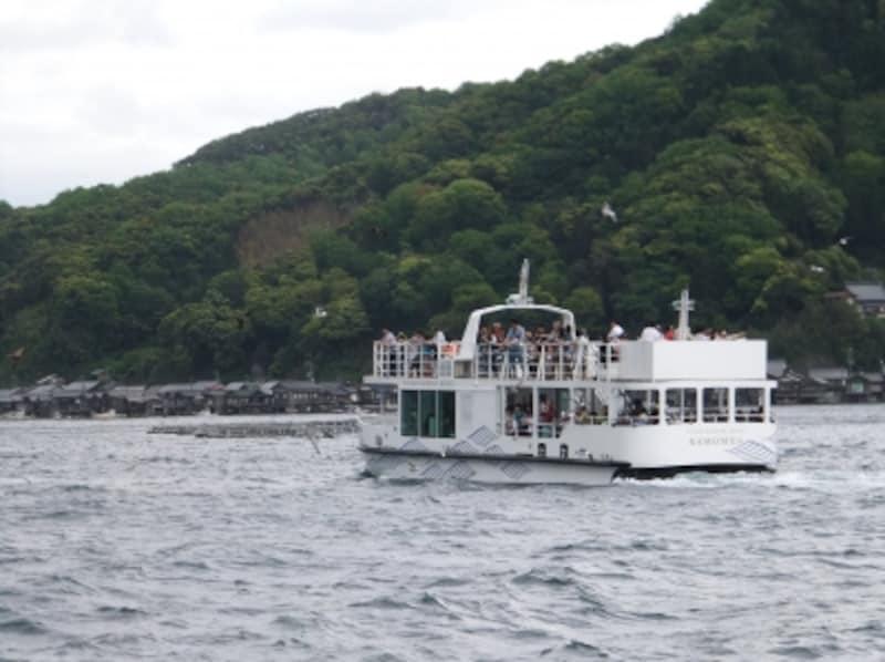 伊根の舟屋(7)/伊根航路の船と共に
