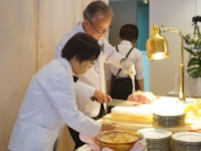 器用にローストビーフを切り分けてサーブする受講生。料理の説明もわかりやすく丁寧。