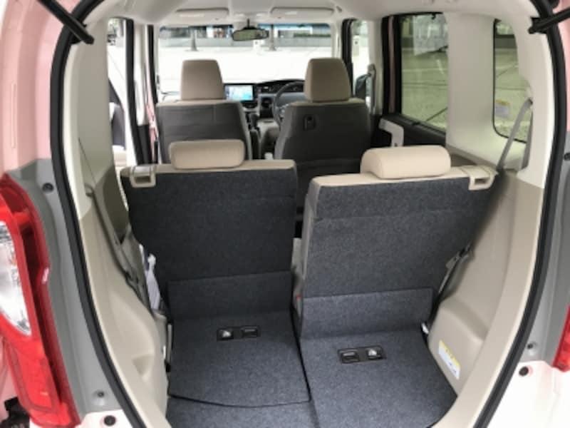 スライドリアシートで荷室空間を拡張できる