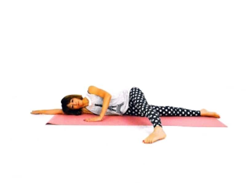 ヒップラインエクササイズ1undefined横寝姿勢になり、脚を前に伸ばす