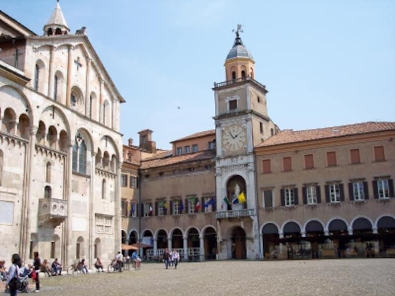 ピアッツァ・グランデのモデナ大聖堂と市庁舎