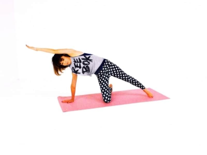 サイド・ニートゥエルボー2undefined右手を床に、左足を伸ばし、左腕を耳の横からまっすぐ伸ばす