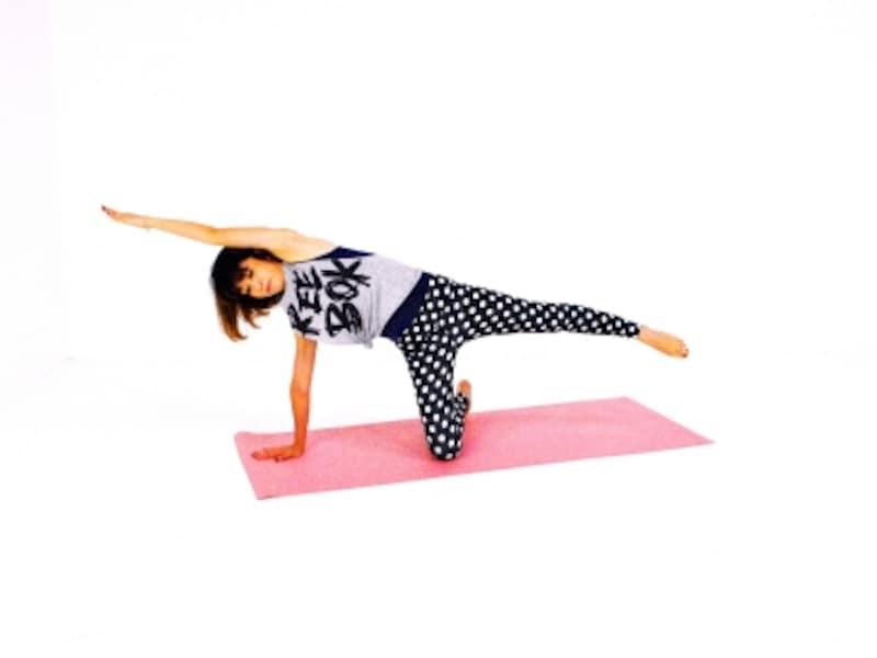 サイド・ニートゥエルボー4undefined左足を腰の高さに伸ばし、左腕も伸ばす