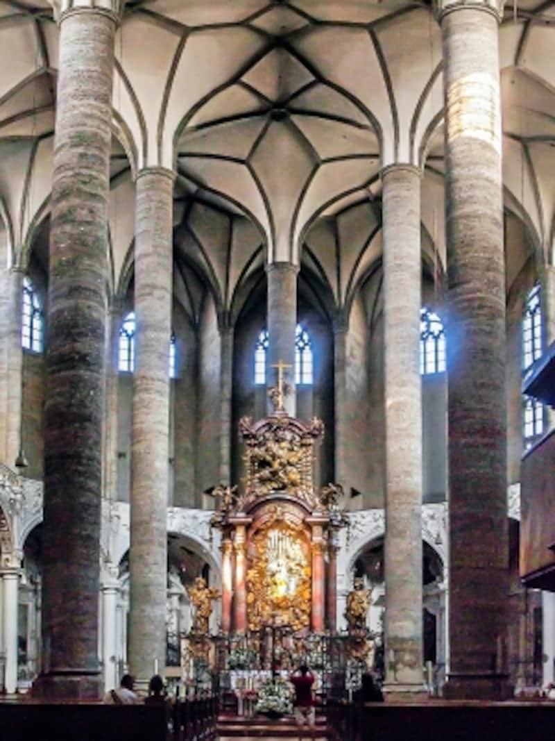フランチェスコ会修道院教会の祭壇付近
