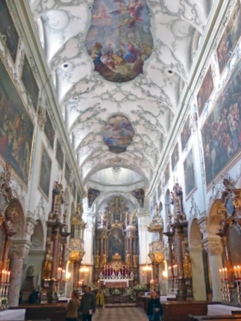 聖ペーター僧院教会の天井と壁