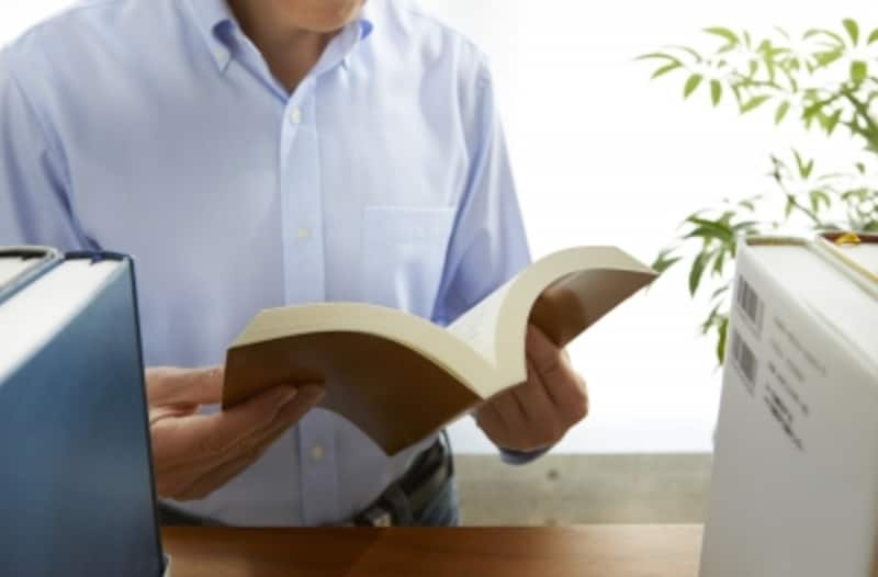 エアコンがきいている図書館や本屋で暇つぶしをするのも1つの方法。