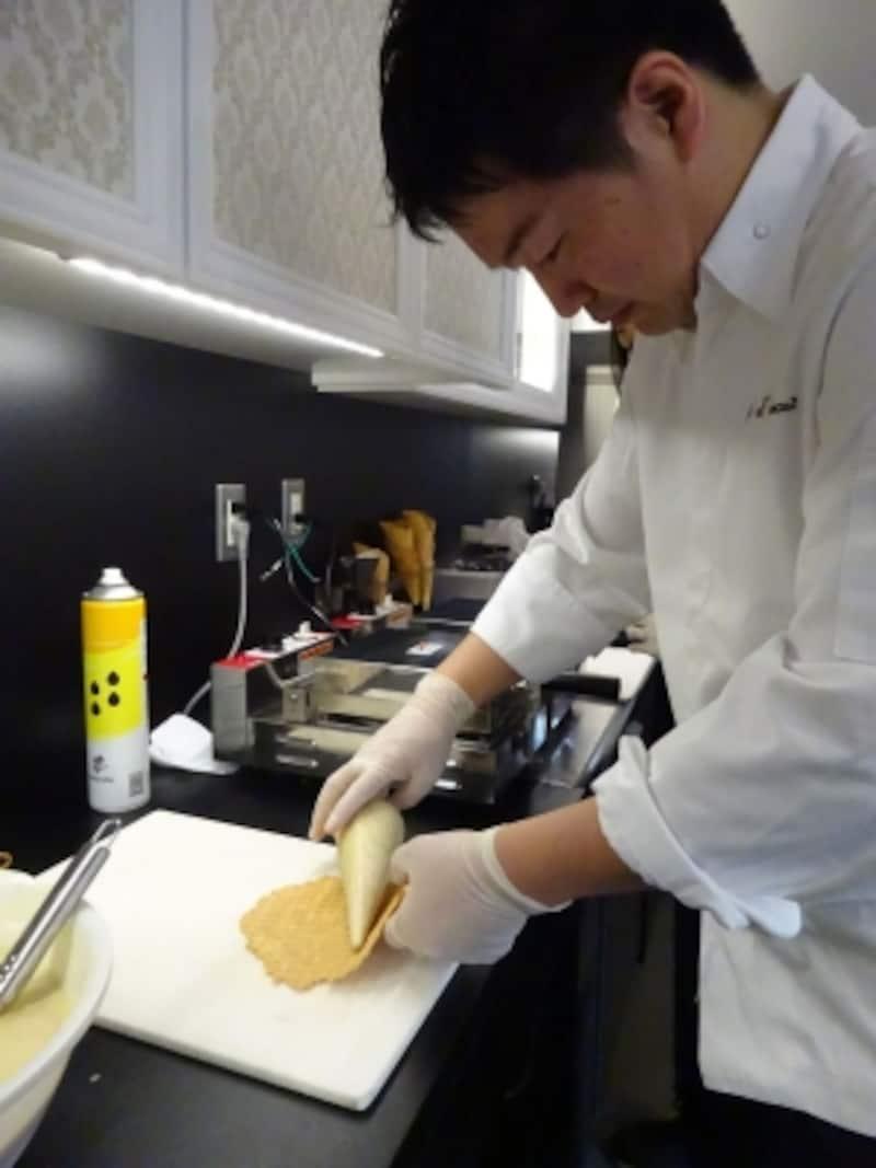 アイスクリーム用のコーンを焼いて形作る「シャンドワゾーグラシエショコラティエ」のオーナー村山太一シェフ