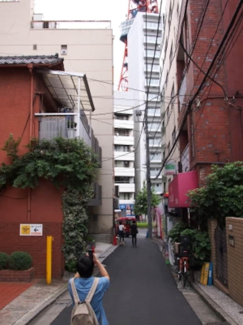 先に見える大きな通りは桜田通りだ