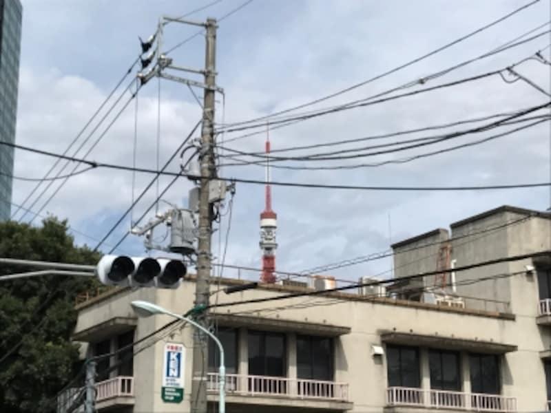 こちらは電柱から複雑に出ている多数の電線が印象的